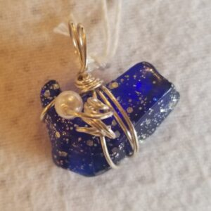 Made in Nevada Tumbled glass pendant, dark blue glitter, 1 pearl bead, corkscrew
