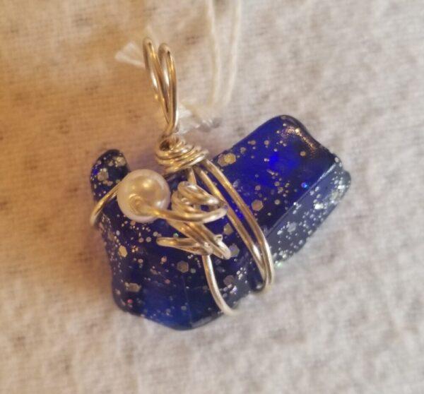 Tumbled glass pendant, dark blue glitter, 1 pearl bead, corkscrew